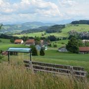 Die Aussicht entlang des Panoramawegs ist grandios. Eine Info-Tafel beim Ruhebänkli erklärt die Schönheiten, die beim Innehalten zu sehen sind. (Bild: Beat Lanzendorfer)