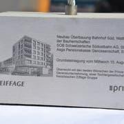 Bauherren, Generalunternehmung und auch die Gemeinde durch Präsident Alois Gunzenreiner nahmen die symbolische Grundsteinlegung gemeinsam vor. (Bild: Ruben Schönenberger)