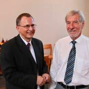 Der neue Pfarrer Andreas Reich wird von Kirchenpräsident Hans Krüsi herzlich begrüsst. (Bild: Barbara Hettich)