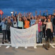 Rahel Brändle wird am Sonntagabend beim Bahnhof in Bütschwil von ihrer Familie, ihren Freunden und ihren Fans frenetisch gefeiert. Rechts von ihr, im blauen T-Shirt, der Sechstplatzierte Lukas Birchler. (Bilder: Beat Lanzendorfer)
