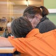 An Demenz erkrankte Menschen brauchen viel Zuwendung, Geduld und Verständnis. (Bild: Urs M. Hemm)