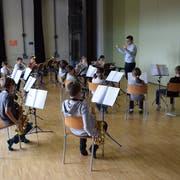 Die Bläserklasse Bichwil musiziert jeden Mittwochmorgen im Probelokal in der Mehrzweckanlage Bichwil. (Bilder: Tobias Söldi)