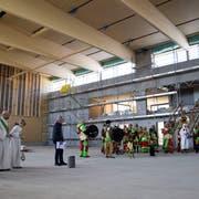 Mit klerikalem Segen und schiefen Tönen: Roland Hardegger vor der Grundsteinlegung in der neuen Dreifachturnhalle. (Bild: David Grob)