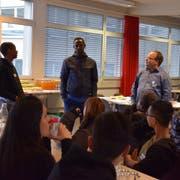 Während Stefan Wunderli (rechts) Fragen stellt, erzählt Muhidin (Mitte) über sein Leben in Mogadischu. Ein Schüler übersetzt. Bild: Nicola Ryser