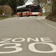 Busse der Autokurse Oberthurgau fahren im Auftrag des Kantons Thurgau durch die 30er-Zone eines Wohnquartiers. (Bild: Markus Schoch)