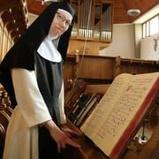 Schwester Veronika an der Orgel in der Klosterkirche: «Das Leben im Kloster ist dynamisch und spannend.» (Bild: Christof Lampart)