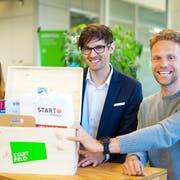Übergabe Förderpaket an Evenlox. Von links: Tiziana Ferigutti (Startnetzwerk), Kevin Gianom (Evenlox AG), Lorenz Ineichen (Startfeld). (Bild: pd)