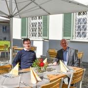 Lukas Höhn, Leiter des Seminarhotels, und Klosterdirektor Werner Ibig im neu eingerichteten Gartenrestaurant. (Bilder: Roman Scherrer)