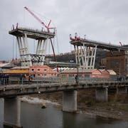Sechs Monate nach dem Einsturz der Morandi-Brücke in Genua haben die Abrissarbeiten begonnen. Noch ist die sie nicht ansatzweise wieder repariert. (Bild: Stefania M. D'Alessandro/Getty )