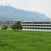 Der Neubau des Spitals Grabs (hier die erste Etappe aus Westen gesehen) wird 16 Prozent teurer als budgetiert war. (Bild: Thomas Schwizer)