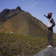 Das letzte Stück bis zum Gipfel des Mount Bintumani hat es in sich. Doch die Aussicht dort oben ist grandios. (Bild: Eva Hirschi)