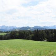 Bei dieser Aussicht von Inauens Haus aus auf den Alpstein und die Churfirsten kann man Salomon Grobs Begeisterung für den Ort gut verstehen. (Bild Urs M. Hemm)