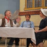 Willi Lötscher (links) mimt im Marbacher Stück den «Mister Hoover», den reichen Onkel aus Amerika. (Bild: Yvonne Imbach, 18. Dezember 2018)