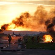 Die Feuerwehr Thal bekämpft einen Brandherd auf dem Flugplatz Altenrhein. (Bild: Sandro Büchler)