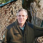 Claude Engeler vor einem Teil des Holzes, welches im Juni 2020 am Köhlerfest zu Kohle wird. (Bild: Sandro Büchler)