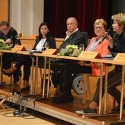 Massnahmen gegen die Kostensteigerung im Gesundheitswesen diskutiert (von links): Jakob Stark, Martina Pfiffner Müller, Christian Lohr, Edith Graf-Litscher und Brigitte Häberli. (Bild: Monika Wick)