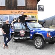 Christian Hildebrand aus Nesslau und der Gossauer Daniel Baldegger (rechts) mit ihrem Jeep Cherokee XJ mit Baujahr 1989. Sie hoffen, dass ihr Auto auch nach der rund 6000 Kilometer langen Rallye noch fahrtüchtig ist und ihnen weiterhin viel Freude bereiten wird. (Bild: Urs M. Hemm)