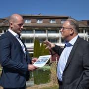 Silvan Siegenthaler (links) und Gemeindepräsident Christian Spoerlé setzen sich für den Verkauf des «Kapplerhofs» und eine gute Lösung für das attraktive Bauland ein.(Bild: PD)