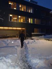 Der Sicherheitsfachmann Martin Bürge kümmert sich auch um alltägliche Probleme der Insassen. Bild: Lara Wüest