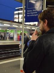 Noch darf am Bahnhof nach Lust und Laune dem Zigarettenrauch gefrönt werden. Bald ist dies nur noch in gekennzeichneten Zonen auf den Perrons erlaubt. (Bild: Sara Petrillo)
