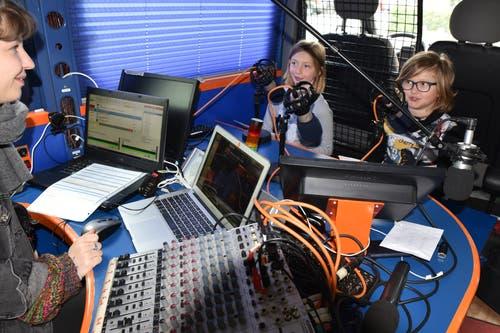 Die Schülerinnen und Schüler im Schulhaus Feld in Grabs machen Radio. Bevor es ins Studio geht, muss viel geübt werden. (Bilder: Heini Schwendener)