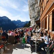 In schönen Wetterperioden ist die «Aescher»-Terrasse ein Anziehungspunkt für Tausende Menschen. (Bild: Keystone)