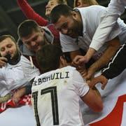 Georgische Fans feiern ihre Stars nach einem Spiel gegen Kasachstan. (Bild: Levan Verdzeuli/Getty (Tiflis, 19. November 2018))