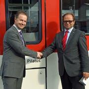 Michael Schürch, Geschäftsführer der Zentralbahn (links), und Landstatthalter Josef Hess bei der Taufe einer Bahn-Komposition. (Bild: Robert Hess (Alpnachstad, 14. September 2018))