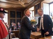 Landratspräsident Ruedi Waser (rechts) nimmt die Gratulation des Stansstader Gemeindepräsidenten Beat Plüss entgegen. Links Gemeindeweibel Fritz Stauffer. (Bild: Corinne Glanzmann (Stans, 27. Juni 2018))