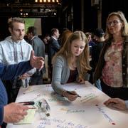Die Teilnehmer des Generationentalk sammeln in TischrundenIdeen und schreiben sie auf. (Bild: PD/Augenweiden-Stefan Rötheli)