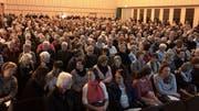 Gut 620 Stühle hatte Mischa Sutter im Flawiler Lindensaal aufgereiht. Das Angebot an Sitzgelegenheiten reichte bei weitem nicht aus. Über 100 Gäste mussten mit Stehplätzen Vorlieb nehmen. (Bilder: Andrea Häusler)