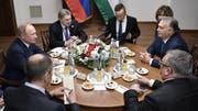 Stückli und gute Gespräche: Wladimir Putin (links) besuchte am Mittwoch seinen ungarischen Kollegen Viktor Orbán (rechts). (Bild: Keystone)