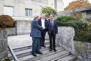Robert Camenzind (von links), Julius Zihlmann und Beat Paul Dahinden vor dem ehemaligen Seminar der Missionare von der Heiligen Familie. (Bild: Manuela Jans-Koch; Ruswil, 9. November 2018)