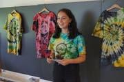 Valentina Monaco präsentiert ihre Batik-T-Shirts für die ganze Klasse mit dem selbst entworfenen Logo «AK 18». (Bilder: Franz Niederberger (Oberdorf, 7. Juni 2018))