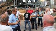 Der stellvertretende Geschäftsführer Beat Sutter führt die 50 Unternehmer aus Gachnang durch den Betrieb. (Bild: Manuela Olgiati)