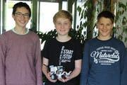 Drei der fünf Oberstufenschüler mit einem ihrer selbstgebauten EV3-Roboter (von links): Philipp, Joel und Linus. (Bilder: Joëlle Ehrle)