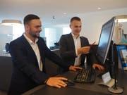 Samuel Schenk (rechts) von der Raiffeisenbank macht Dashmir Iseini (links) von Elkuch Eisenring mit der Bankenwelt vertraut. (Bild: Angelina Donati)