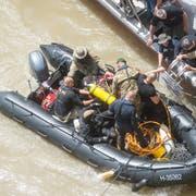 Taucher arbeiten an der Bergung des Wrackes des auf der Donau verunglückten Ausflugsschiffes. (Bild:EPA/Zoldan Balogh, 31. Mai 2019)