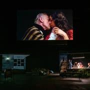 Auf der Bühne mischen sich Film und Schauspiel, Recherchereise, eigene Berichte und Theatertext. Bild: Fred Debrock