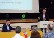 Gemeindepräsident Kurt Baumann und Schulvorsteher Urs Schrepfer informierten die Sirnacher Neuzuzüger. (Bild: Christoph Heer)