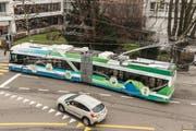 Ein «SwissTrolley plus» bei der Testfahrt in St.Gallen. Der Akku des Batterie-Trolleybusses hält gemäss dem Schweizer Bushersteller Hess mindestens acht Jahre. Während der durchschnittlichen Einsatzdauer eines Busses müsste er also einmal gewechselt werden. Kostenpunkt: Rund 100000 Franken – je nach den Anforderungen an seine Leistungsfähigkeit. (Bild: Hanspeter Schiess/6. Februar 2018)