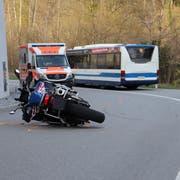 Das Unfallfahrzeug nach dem Zusammenprall mit dem Linienbus. (Bild: Zuger Polizei)