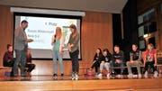 Doppelt geehrt wurde Susan Wildermuth (Mitte mit Mikrofon) für ihre herausragenden beruflichen Leistungen als Malerin. (Bild: Andrea Häusler)