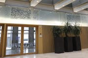 Das Kunstwerk mit verschiebbaren Glasplatten im Foyer der FHS. (Bild: PD)