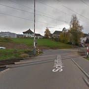 Beim Bahnübergang in Wilen stürzte ein Velofahrer auf die Gleise - kurz bevor der Zug kam. (Bild: Google Maps)