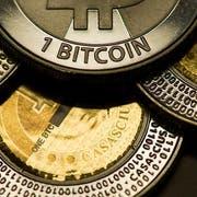 Mit der Ausgabe virtueller Münzen nehmen die Kryptounternehmen viel Geld ein. Doch bei der Kontoeröffnung gibt es einige Sachen zu beachten. (Bild: KEYSTONE/ENNIO LEANZA)