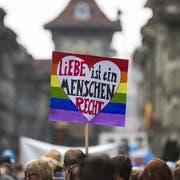 Teilnehmer der «Pride Ouest Berne» laufen durch die Stadt Bern und fordern Rechte für Homosexuelle. (Bild: KEYSTONE/Peter Klaunzer, 26. August 2017)