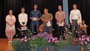 Dechs der sieben Gewinner des Preises für die besten Notendurchschnitte in den Fächern Berufskunde und Allgemeinbildungs-Unterricht. (Bilder: Saskia Bühler)