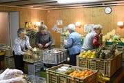 Mina Bühler, Frieda Stauffacher, Hanni Raschle und Margrit Fässler sortieren die eingegangenen Lebensmittel (von links). (Bild: Urs M. Hemm)