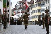 Still gestanden! Die Soldaten stehen stramm, während die Schweizer Flagge in einer feierlichen Zeremonie über den Hofplatz getragen wird. (Bild: Gianni Amstutz)